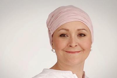Un tutoriel pour poser son turban pendant une chimiothérapie